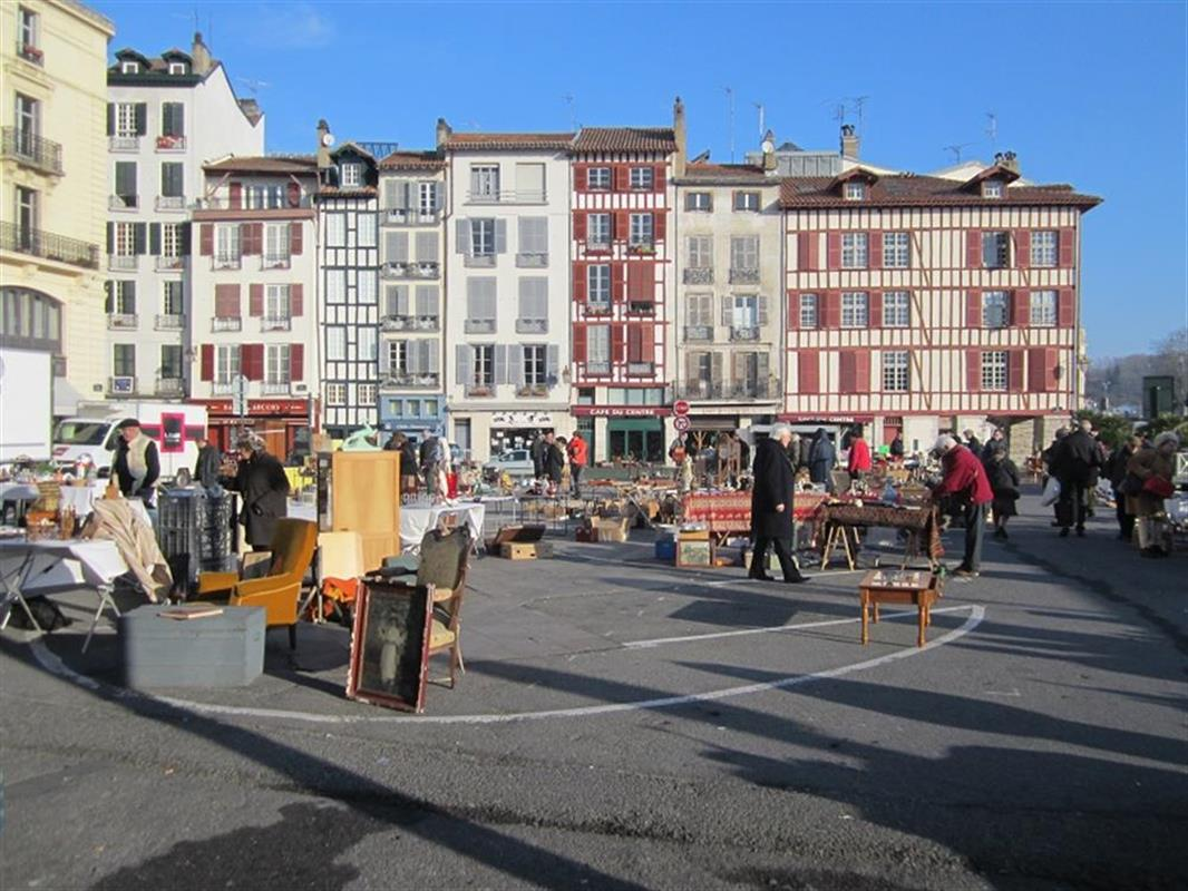 march la brocante bayonne sortir bayonne pays basque s jour l 39 h tel loreak. Black Bedroom Furniture Sets. Home Design Ideas